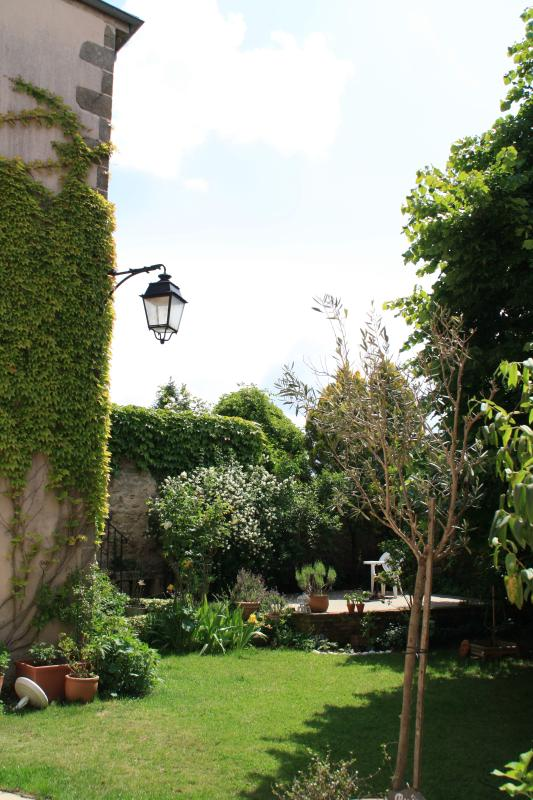 Relax in the garden, breathe in the aromas of the Telford, aromatic herbs...