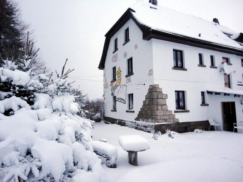 ... y en los senderos del invierno antes de la puerta y Alpine descensos en las proximidades.
