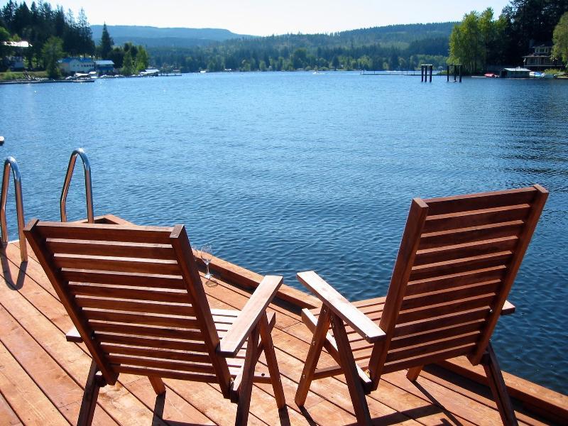 Dies ist der beste Ort, um im Sommer werden sitzen am Ende des Docks der Ansicht zu betrachten.