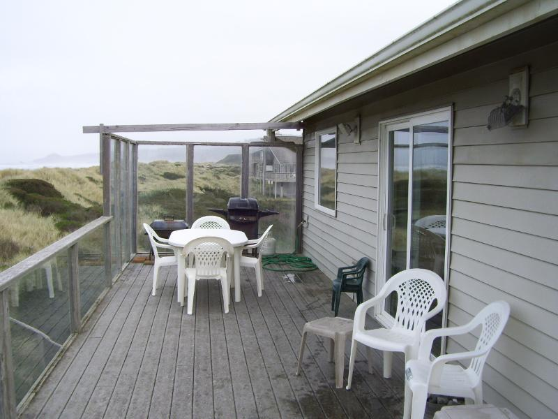 LARGE OCEANSIDE DECK, BBQ AND DECK FIREPLACE