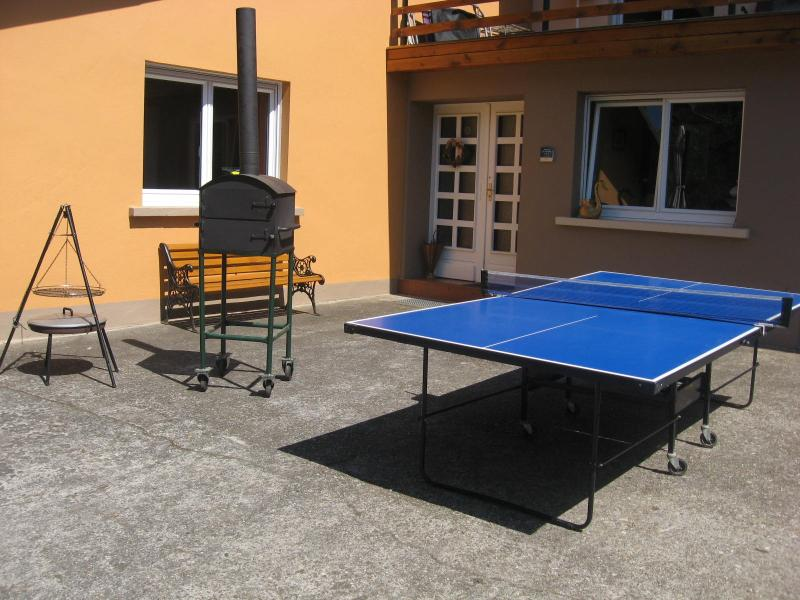 Barbecue, four à tarte flambée et table de ping pong à disposition