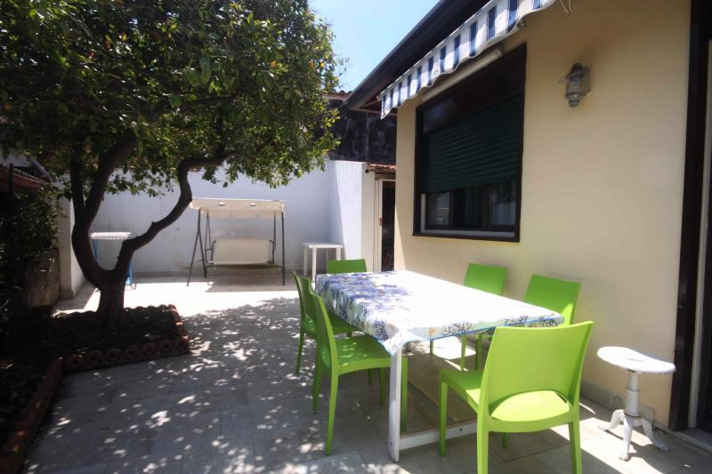 Cottage house with a garden at the sea between Catania and Taormina, holiday rental in Stazzo