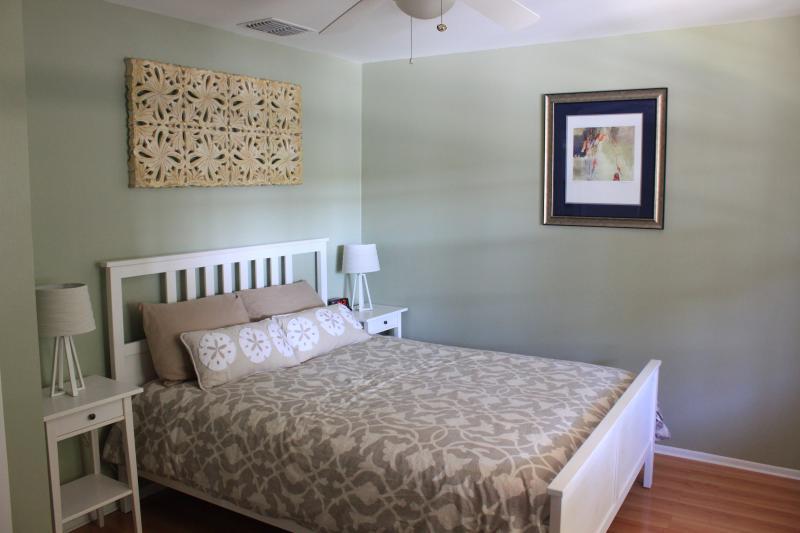 Dormitorio #2 con reina tamaño cama y dos aparadores