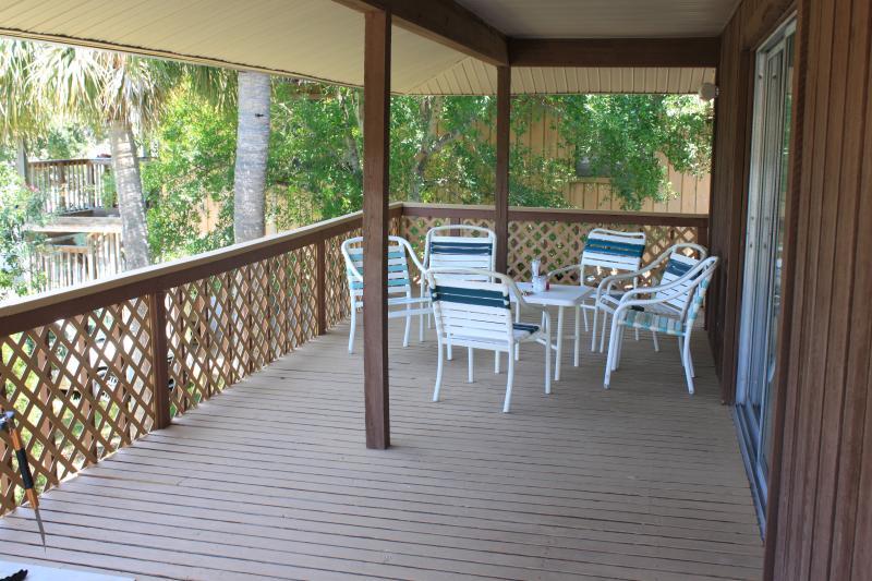 Amplia terraza espaciosa y privada en el nivel superior con capacidad para seis y una barbacoa parrilla