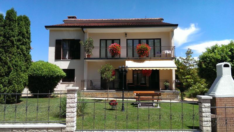 Diana - spacious apartment  in central Istria, alquiler vacacional en Kircija