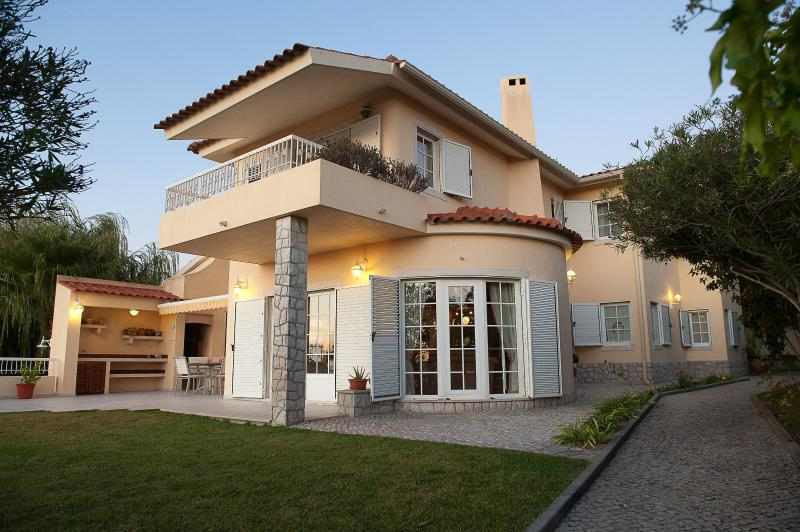 Comfortable villa with heated private pool, holiday rental in Sesimbra