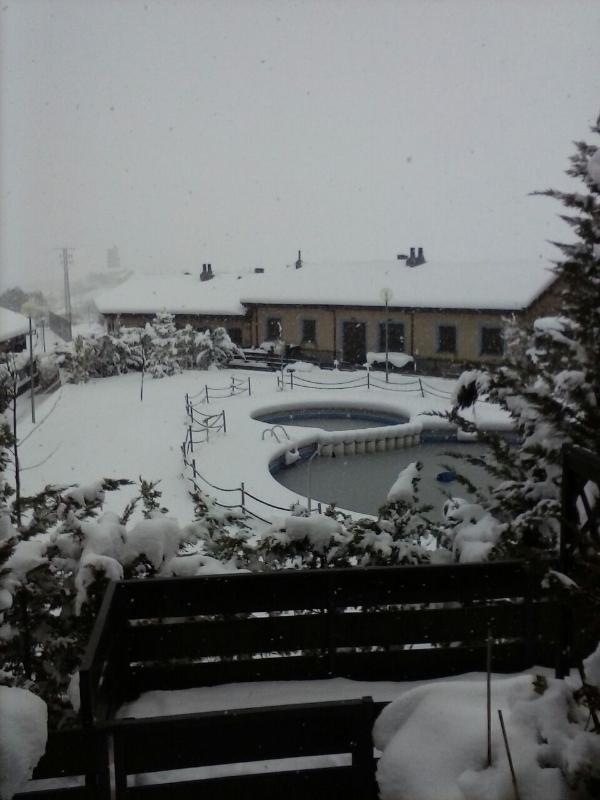 Vista exterior nevando.