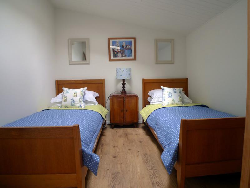 Schlafzimmer mit zwei Einzelbetten auf der Kornblumen