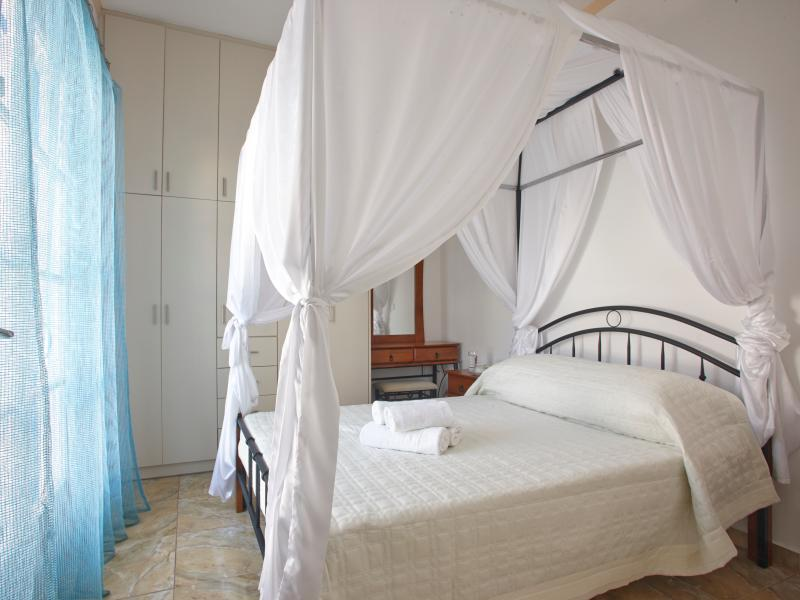 Two Bedroom apartment with Jacuzzi - Loukas&Emma Family Houses, vacation rental in Perissa
