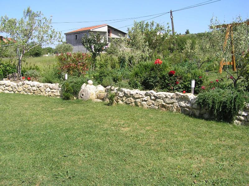 cijeli vrt s povrtnjakom, toboganom, parcheggio ispred ku? e