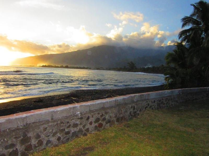 Quelle vue magnifique! Se, nous vous attendons ici à Tahiti Surf Beach!