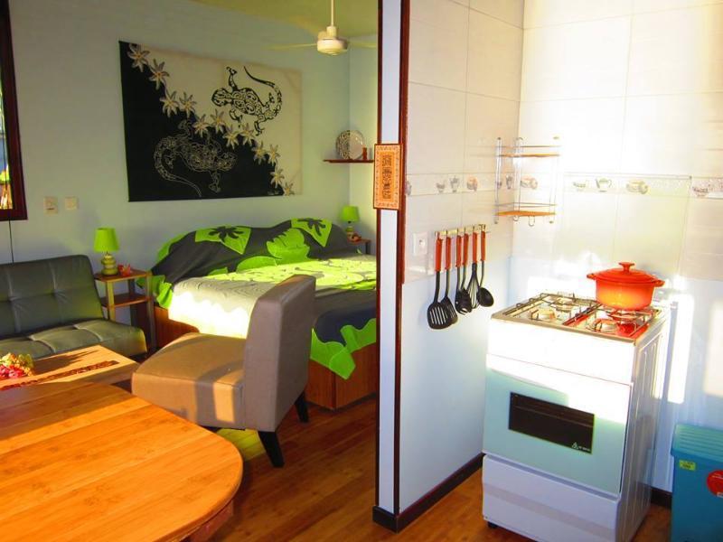Vue de Matahina de la cuisine. Grand lit Type, canapé-lit, fantastique cuisine complète, LOADED