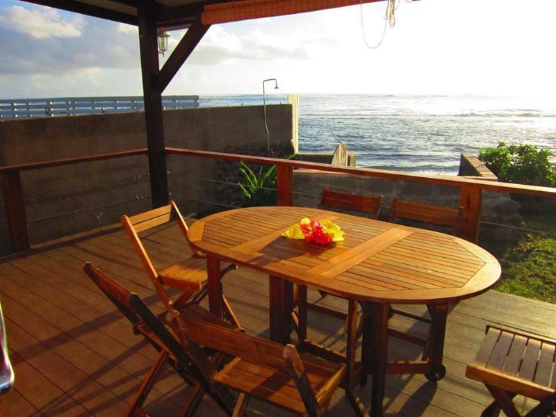 Votre océan terrasse avant vous attend. La terrasse bungalow Matahina