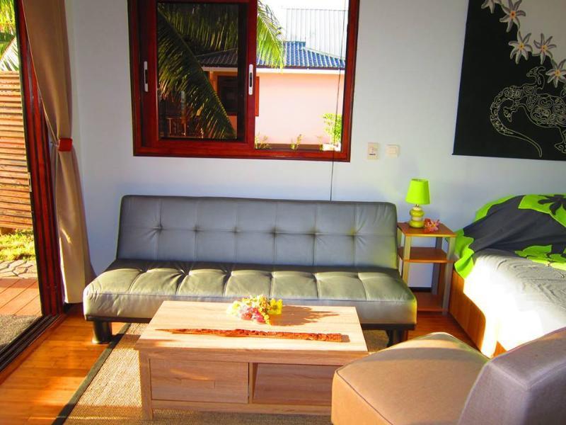 Le salon avec canapé-lit, une table basse et une chaise. Sentez-vous que vous êtes à la maison avec vue sur l'océan