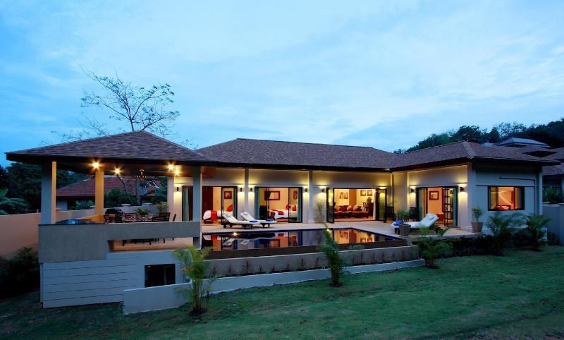 Crystal Villa, 4 camere da letto, piscina privata e 1km per la bella spiaggia di Nai Harn