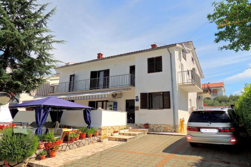 Four-bedroom apartment Katarina  with terrace, vacation rental in Malinska