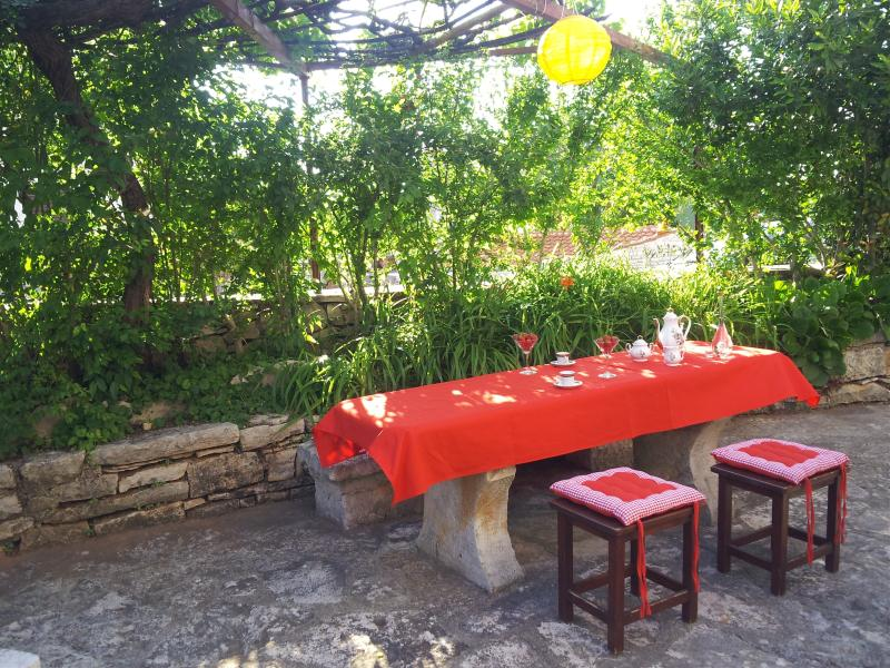 Comfortable house with garden, terrace, free wifi., vacation rental in Rakalj