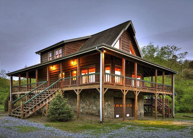A cozy, romantic getaway sitting directly on Hothouse Creek, alquiler de vacaciones en Mineral Bluff