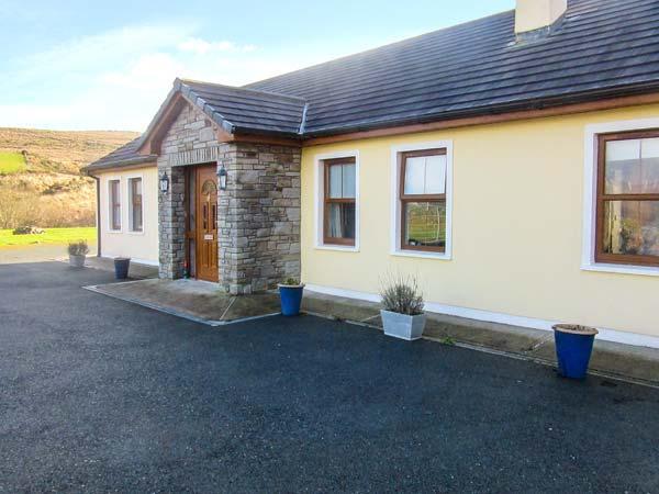 CREEDON HOUSE, fire, spacious garden, all ground floor cottage near Kilgarvan, holiday rental in Killaha