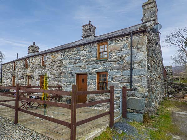 CWM YR AFON COTTAGE, pet-friendly, character cottage, with woodburner and WiFi, location de vacances à Llanbedr