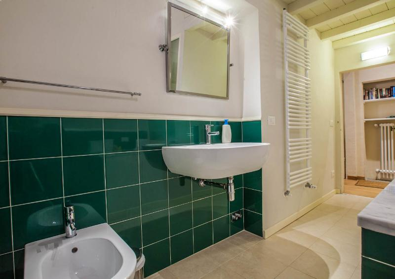 bathroom with toilet, sink and bidet