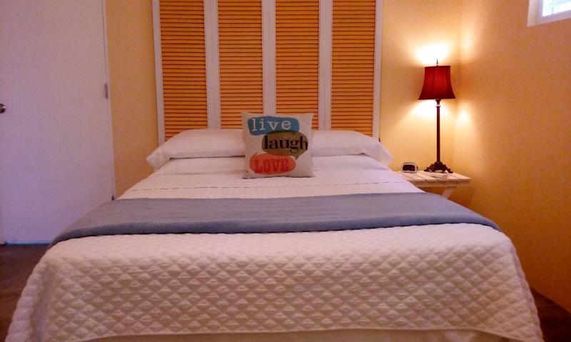 Quarto grande com cama queen-size e casa de banho privada.