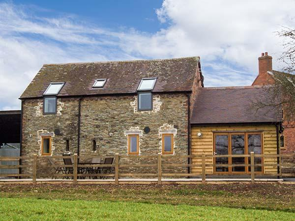 THE OLD BYRE, barn conversion, open plan, two en-suite bedrooms, WiFi, in, vacation rental in Little Hereford