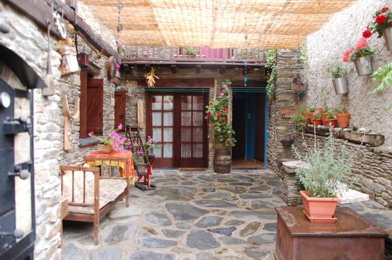 La jolie cour Hera de l'ancienne grange, frais plein de charme idéal pour vos moments de relax.