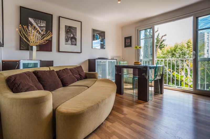 Spacious and well lit livingroom with configurable sofa