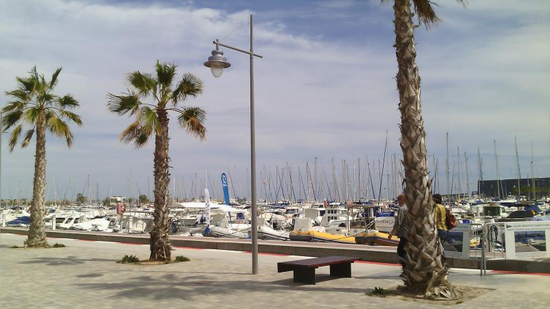 Puerto deportivo, en el Paseo Marítimo: a 2 minutos andando. Con restaurantes de prestigio.