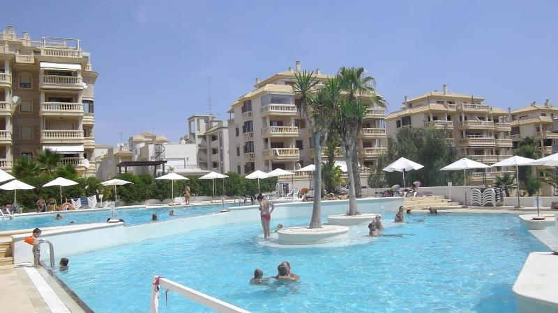 3 pools, life guard, bar , restaurant, changing rooms, sun loungers, parasols, toilets, first aid.
