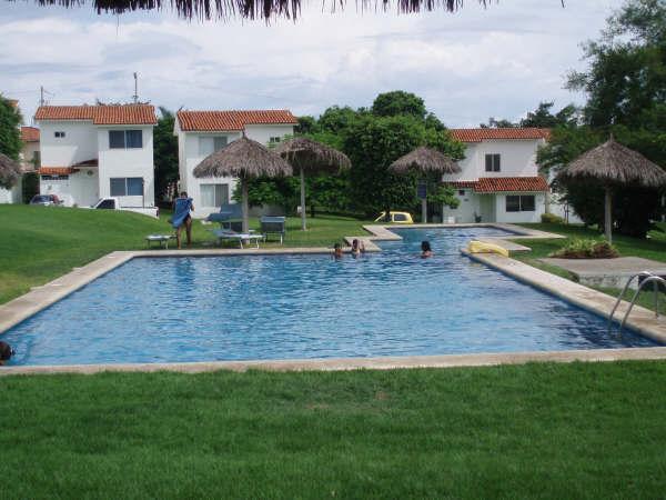 La Alberca común está frente a la terraza de la villa a unos cuantos pasos, refrescante y templada.
