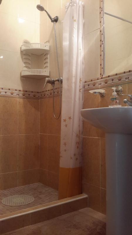 Au rez-de-chaussée salle de douche avec WC