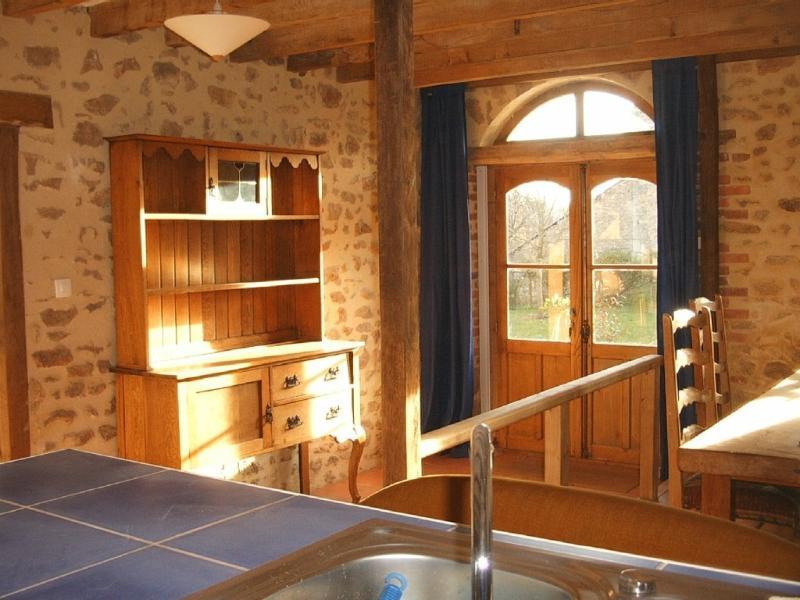 La Grange is part of a converted barn in a rural s, location de vacances à Saint-Vaury