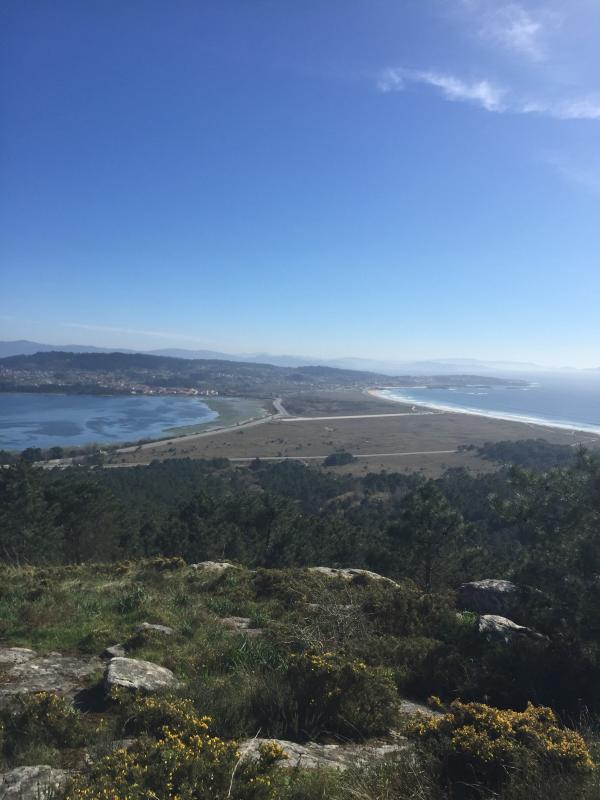 A la derecha playa de La Lanzada y a la izquierda ensenada de La Toja.