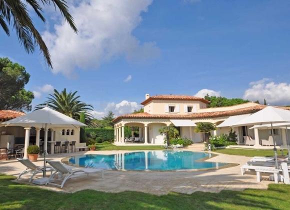 Vistas de frente con la casa, la piscina ppol swimmong, la villa y terrazas
