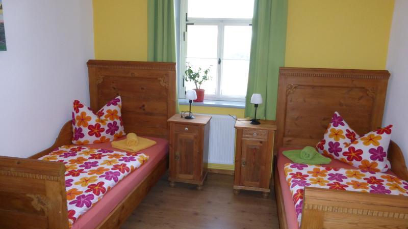 Das Schlafzimmer mit zwei großzügigen Einzelbetten (auch als Doppelbett)