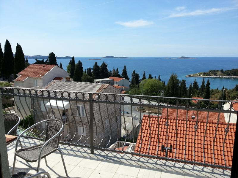 Luxury apartment with amazing view 2, alquiler de vacaciones en Mlini