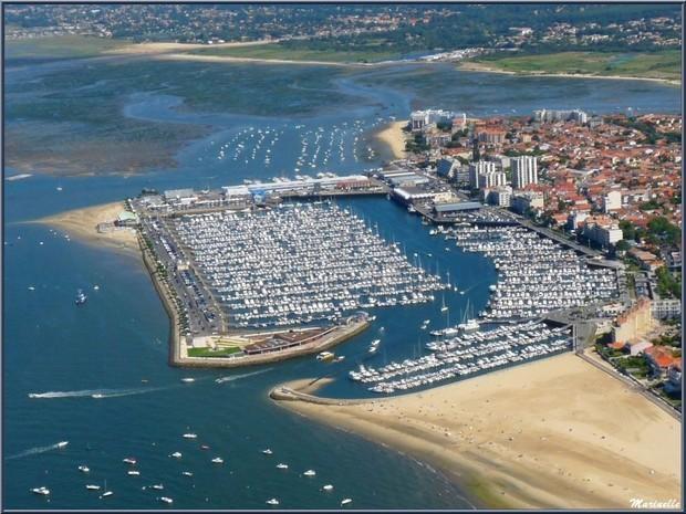 le port de plaisance ..a 400 m de vous par la plage