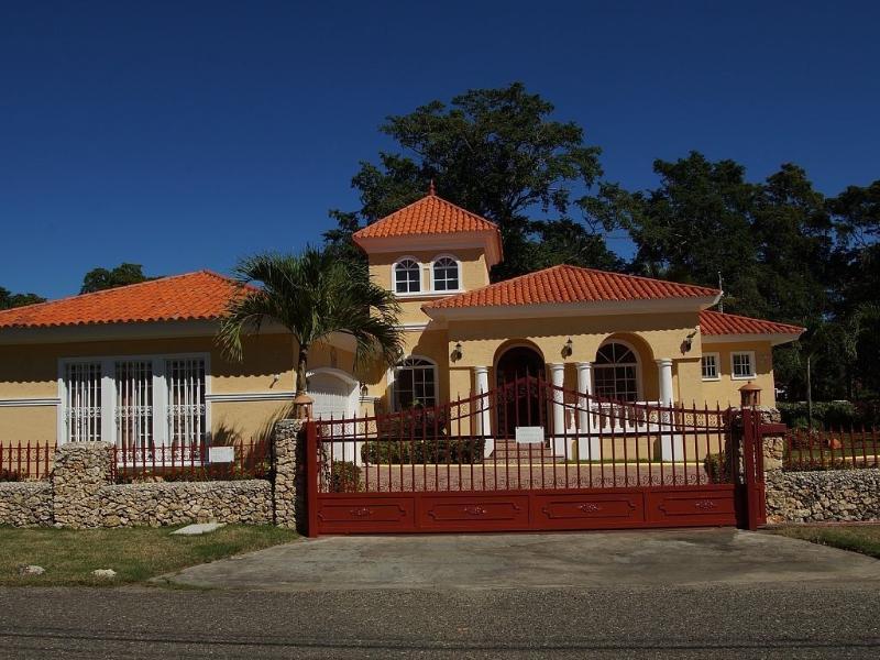 Magnificent Villa in Gated Community Walk to beach, holiday rental in Perla Marina