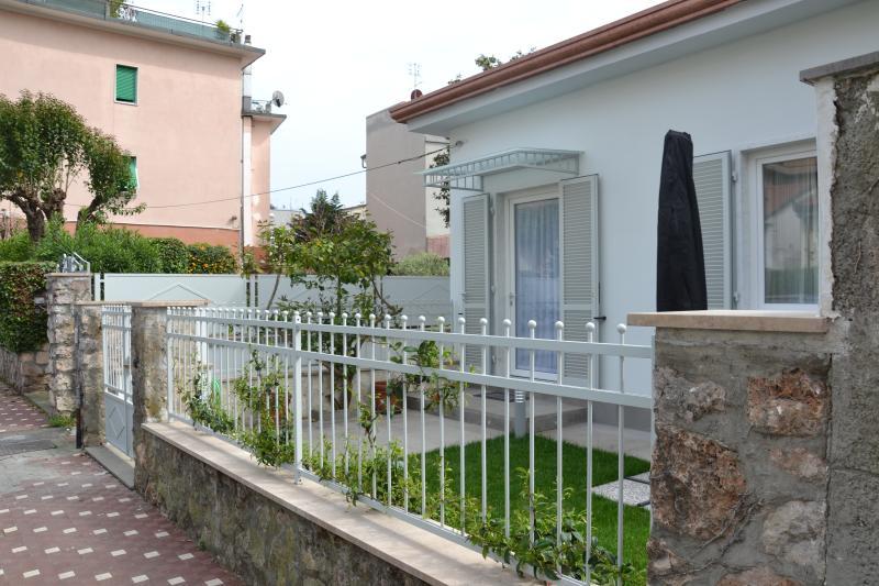 Ingresso abitazione e piccola corte con giardino di 30mq