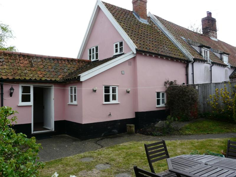 Holly Meadow Cottage, 16th Century Beamed Cottage., holiday rental in Blyford