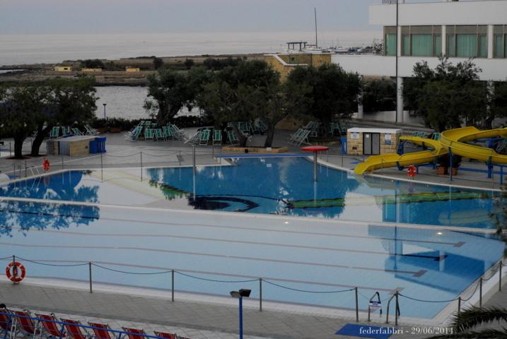 ... vista de la piscina con su divertido deslizarse.