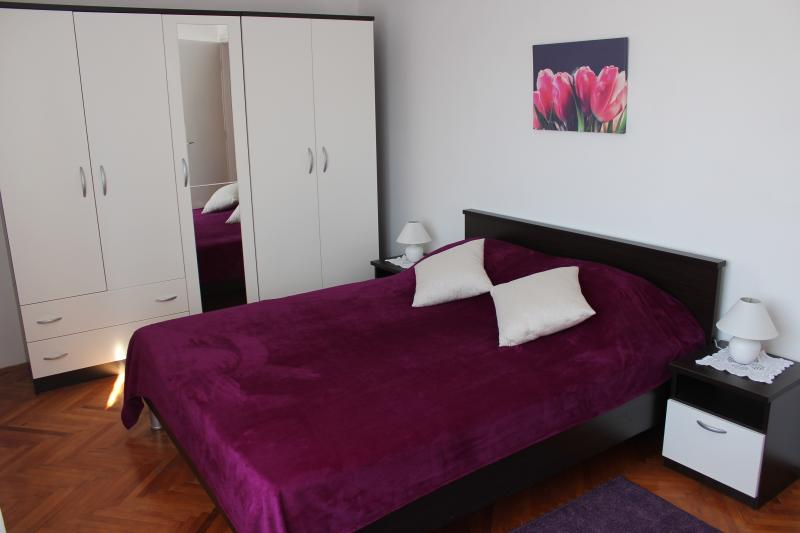 room with duble bed and one single bed +