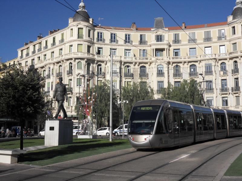Général de Gaulle Place at 7 minute walk