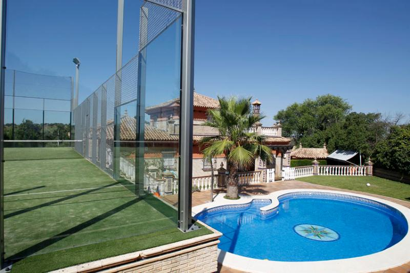 CASA DE CAMPO CON PISTA DE PADEL, PISCINA, BARBACO, vacation rental in El Castillo de las Guardas