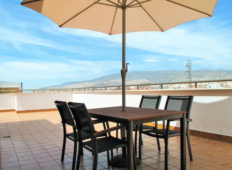 Terraza, mesa y sillas exteriores para aprovechar el buen clima de Almería.
