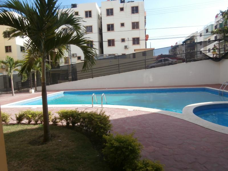 APARTMENT 4 BEDROOM, for 1-14 persons,POOL,WIFI,Near MALL +Farmacy, vacation rental in Santo Domingo