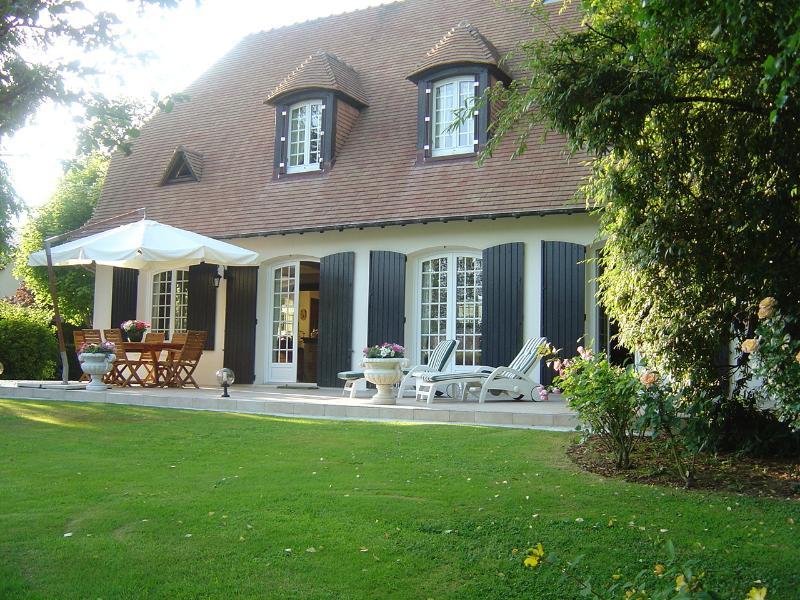 Sweet Home vue de la maison et sa terrasse Sud vues du petit bois