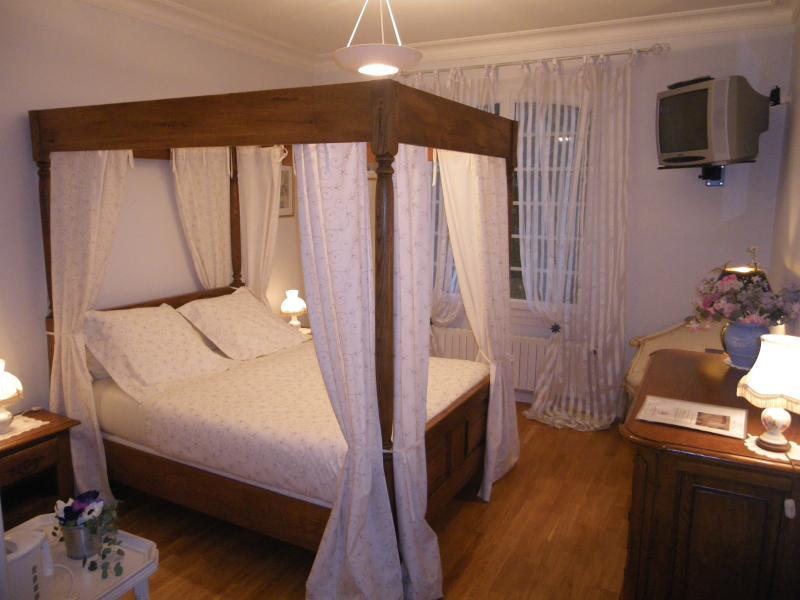 Sweet Home Chambre Fleurs le lit et le bureau